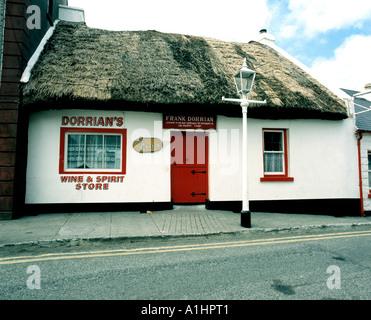 Petit bar de chaume pub sur le côté de la rue d'une ville rurale de l'Irlande, Banque D'Images