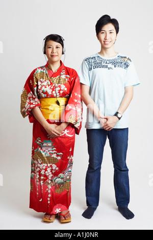 Portrait d'une jeune femme portant des écouteurs et un jeune homme à côté d'elle Banque D'Images