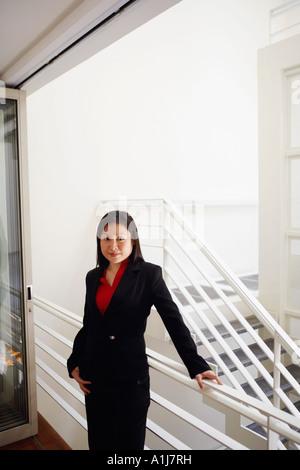 Portrait of a woman smiling et garde-corps le long de Banque D'Images