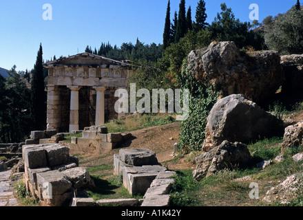 La Voie Sacrée passe devant le rocher de Sybil et le Conseil du Trésor des Athéniens à Delphes en Grèce Banque D'Images