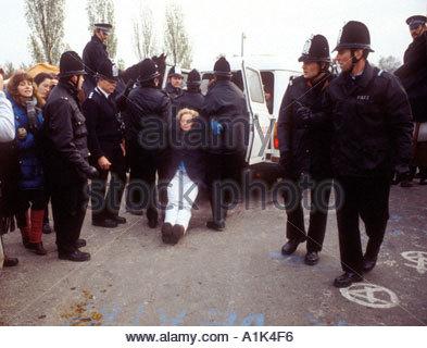 Les protestataires traîné de Greenham Common Berkshire air base protester contre la base de missiles de croisière Banque D'Images