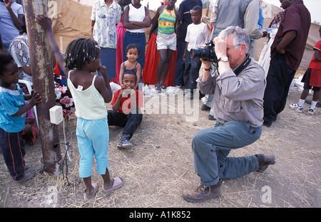 Fille Herero photographiée par un photographe professionnel avec un appareil photo numérique à MaHerero jour festival Banque D'Images