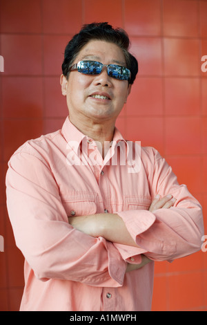 Middle-aged man wearing sunglasses Banque D'Images