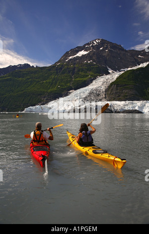 Kayak par Cascade Glacier Glacier Barry l et r Harriman Fiord Prince William Sound, Alaska Chugach National Forest Banque D'Images