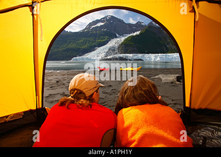 Camping sur la plage à Prince William Sound, Alaska la Forêt Nationale de Chugach MR Banque D'Images