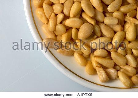 Un certain nombre de noix de pin sur un plat Banque D'Images