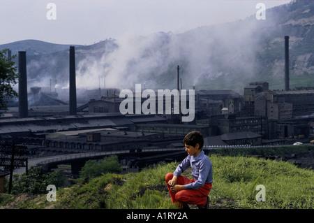 La pollution de l'AIR DE L'USINE AVEC L'ENFANT EN PREMIER PLAN COPSA MICA ROUMANIE 5 1990 Banque D'Images