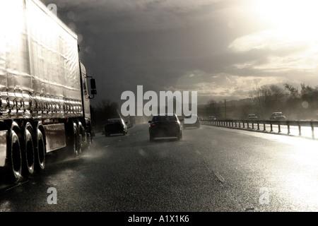Le trafic sur l'autoroute M4 au cours de la forte pluie douche
