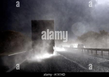 Pulvérisation lourds pris par sunshine venant de camion sur autoroute M4