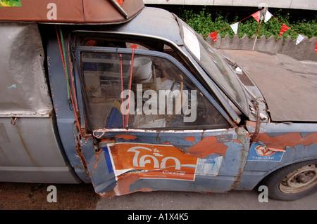 L'épave d'un vieux pick up truck Bangkok Thaïlande Banque D'Images