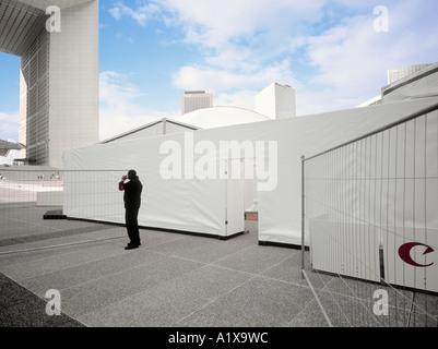 Personne ayant la sécurité d'une pause lors d'une foire commerciale à la Defense, Paris, France. Banque D'Images