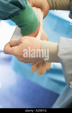Aide infirmière chirurgien de mettre des gants en latex stériles, Close up of hands Banque D'Images
