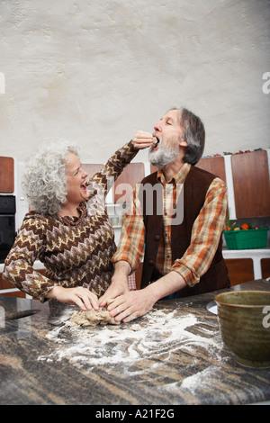 Femme Homme alimentation tout en faisant de la Pâtisserie