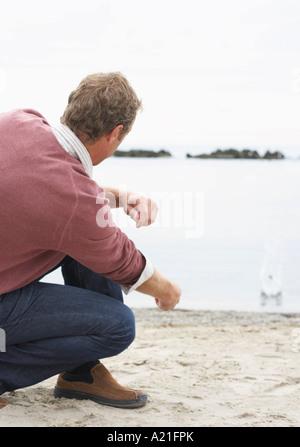 L'homme lancer des pierres à la plage, Sunnyside Park, Toronto, Ontario, Canada