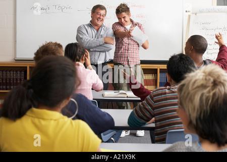 Donner aux étudiants une présentation à une classe Banque D'Images