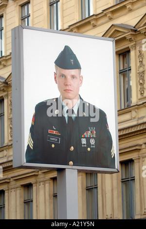 Affiche commémorative du soldat américain à Checkpoint Charlie. Banque D'Images