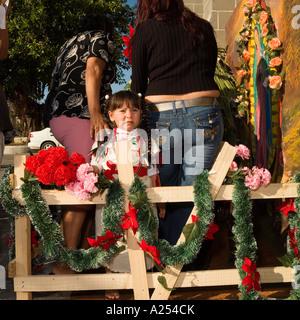Jeune fille qui se fait photographier devant la Vierge Guadalupe au fiesta du jour de la Vierge Mazatlan Mexique Banque D'Images