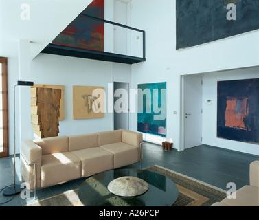 Vue d'un salon orné de peintures artistiques Banque D'Images
