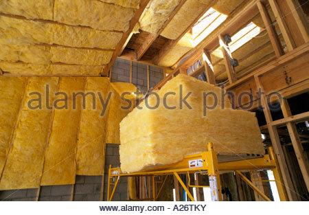 R38 L'isolant en fibre de verre installé en toiture nouveau style loft maison en construction Banque D'Images