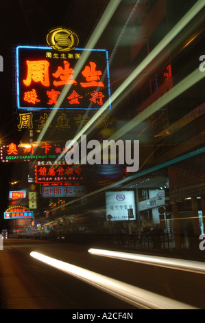 Sentier de la lumière d'un autobus qui passe des enseignes au néon sur Nathan Road, Kowloon Hong Kong Banque D'Images