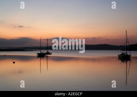 Bateaux dans le soleil du soir sur la rive Alvor Algarve Portugal Banque D'Images