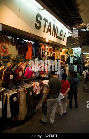 Stanley Stanley dh marché chinois de HONG KONG vêtements Vêtements shoppers parcourt décrochage shopping Banque D'Images