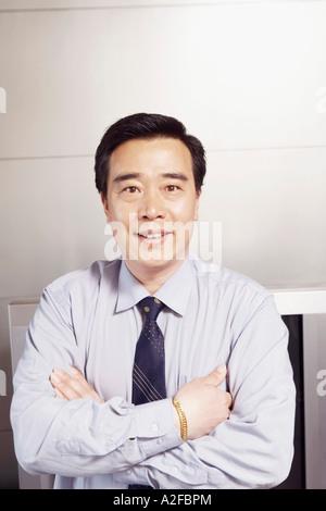 Portrait of a businessman smiling avec ses bras croisés Banque D'Images