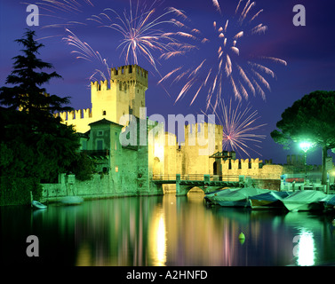 C - Lac de Garde: Sirmione ci-dessus Fireworks Banque D'Images