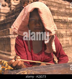 L'âge de l'enfant indien 8-10 vendre dans la rue. Banque D'Images