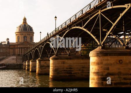 Le Pont des Arts à Paris (France) sur la Seine conduisant à l'Académie française (Institut de France) avec un homme Banque D'Images