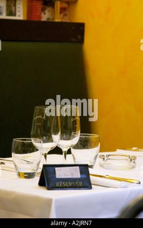 Une table de restaurant avec un panneau disant Réserver Réservé montrant que la table est réservé réservé. Nappe Banque D'Images