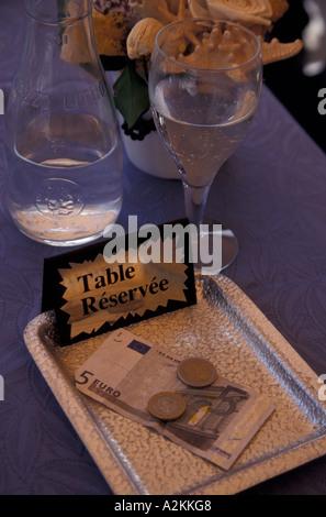 Europe, France, Cassis, réservés cafe table Banque D'Images