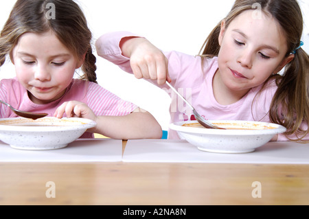 Close-up of two girls eating breakfast Banque D'Images