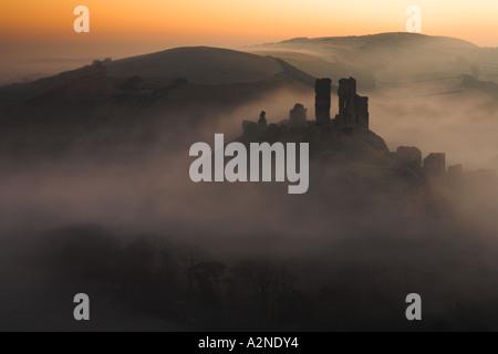 Château de Corfe à l'aube d'un matin brumeux, Dorset Banque D'Images