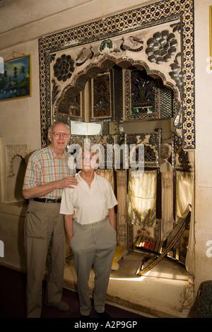 Inde Rajasthan Jodhpur Haveli plus Singhvis ville vieux couple occidental à chicha traditionnelle prix Banque D'Images