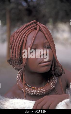 Himba, fille avec coiffe typique et décoration (apparat) sur le cou, la Namibie,; Kunene Kaokoland