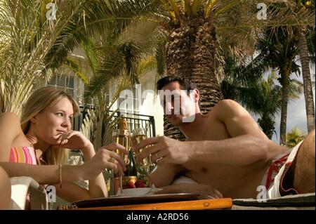 Couple toasting en lune de miel Banque D'Images