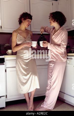 Les femmes de boire du thé dans la cuisine Banque D'Images