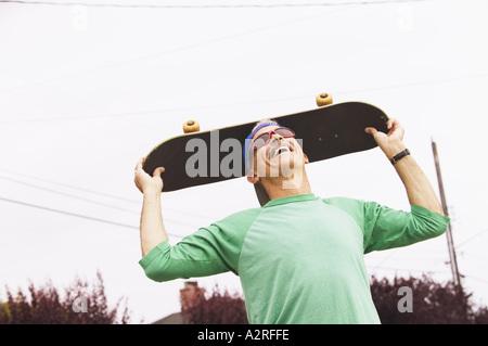 Homme d'âge moyen avec son skateboard Banque D'Images