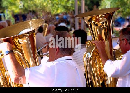 Les hommes aînés jouant dans un groupe de Tubas Banque D'Images