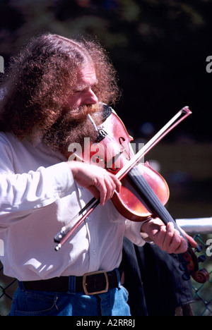 Un musicien Busker Hippie à jouer du violon à Vancouver British Columbia Canada