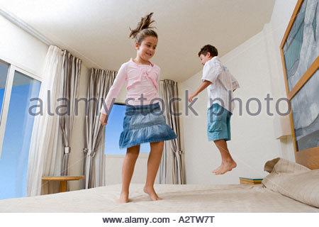 Enfants jumping on bed Banque D'Images