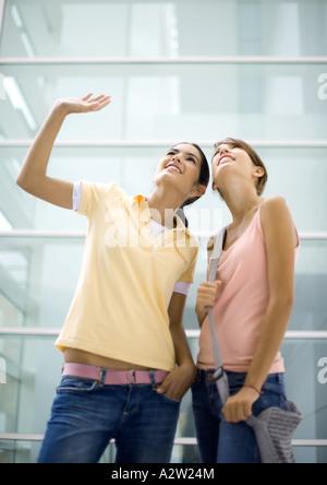 Deux adolescentes à la recherche, l'une forme Banque D'Images