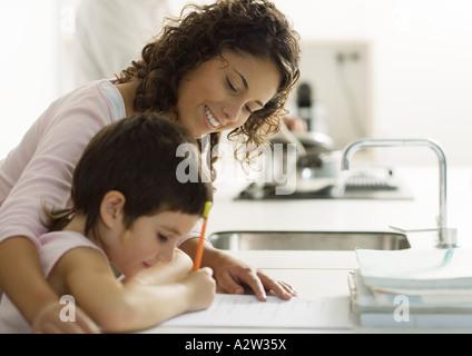 Aide aux devoirs de l'enfant mère Banque D'Images