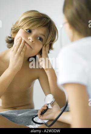 Enfants jouant avec stéthoscope Banque D'Images