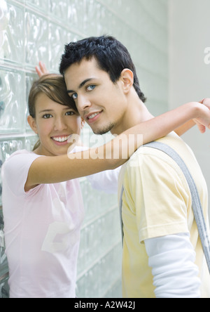 Teen couple leaning against wall Banque D'Images