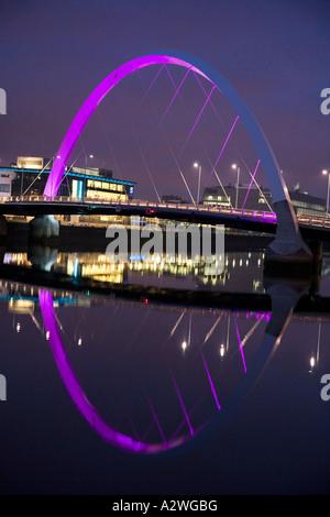 Le Clyde Arc connu localement comme le pont aux illuminés de l'aube et de la Clyde, Glasgow, Ecosse.