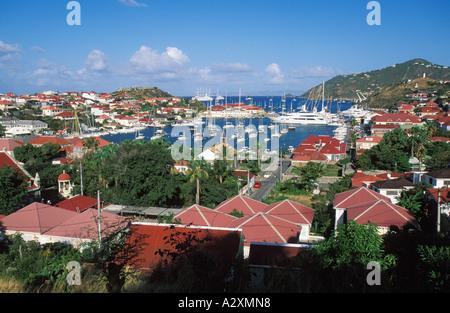 Caraïbes St-barth bâtiments au toit rouge colorés entourent marina de St Barth Banque D'Images