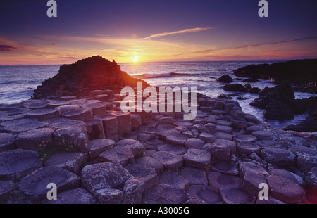 Midsummers day coucher du soleil à la Chaussée des Géants, Co Antrim, en Irlande du Nord.