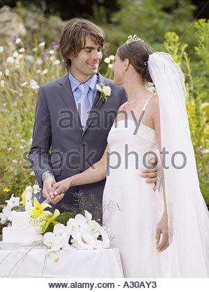 Gâteau de mariage coupe Jeunes mariés Banque D'Images